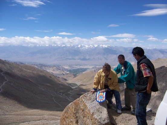 A R.C.D. Espanyol flag is in Ladakh at 5604m high, in the Kardung-La past